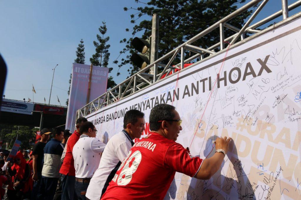 Wakil Walikota Bandung Deklarasi Anti HOAX di Carfreeday jl Dago Bandung, Minggu,6 Januari 2019