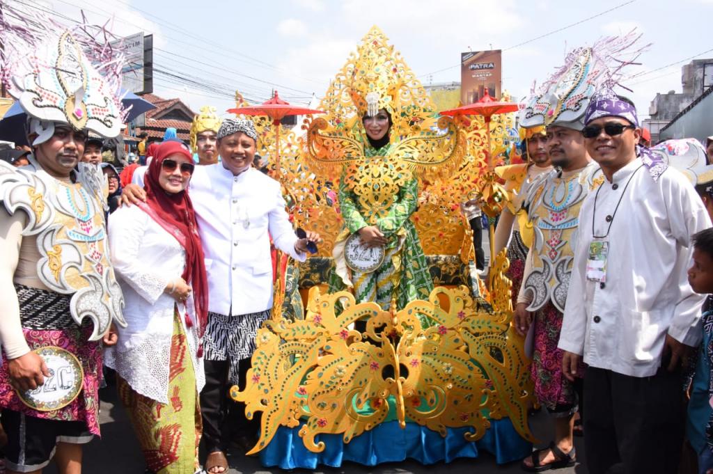 Wagub Jabar Uu Buka Festival Gebyar Payung Geulis di Kota Tasik